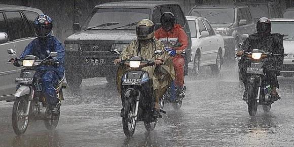 tips berkendara saat hujan