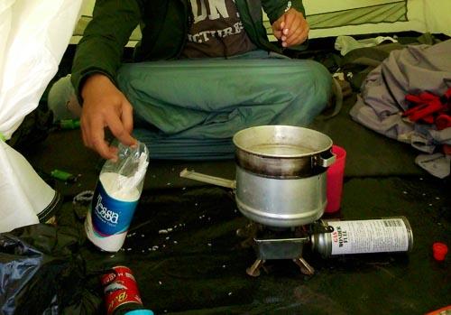 Masak di dalam tenda... Jenius :D