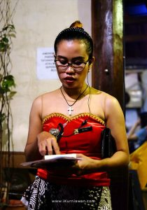 Pelayan wanita di house of raminten