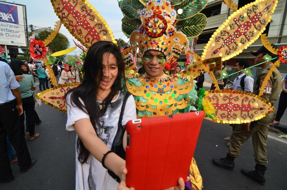 berfoto-bersama-peserta-lampung-tapis-carnaval