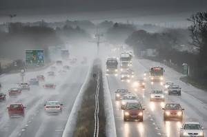 aman berkendara saat hujan