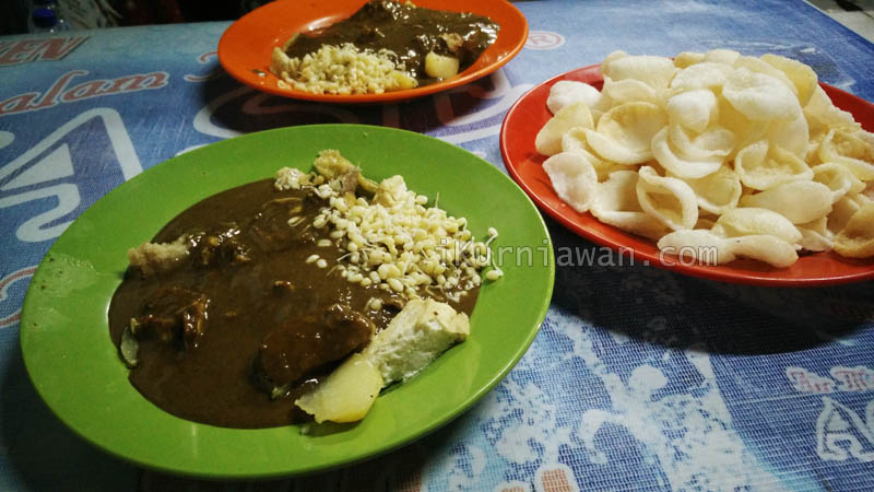 Review Kuliner Tahu Telor Pak Jayen Surabaya
