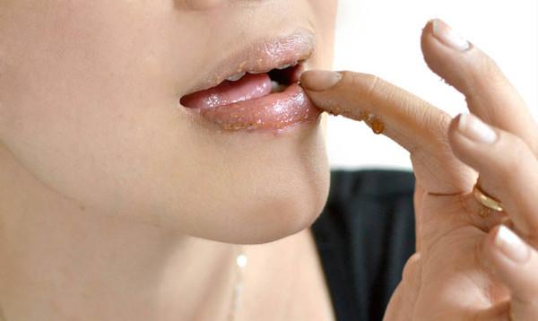 Cara Alami Mengatasi Bibir Kering dan Pecah-Pecah