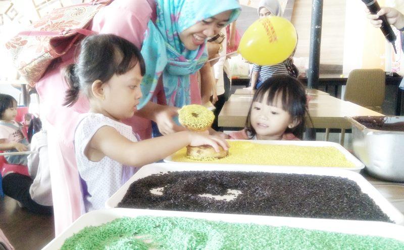 Aktifitas Bermain Dan Belajar Anak Membuat Donat