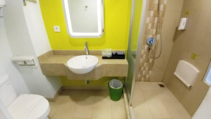 Fasilitas kamar mandi hotel Shakti Bandung