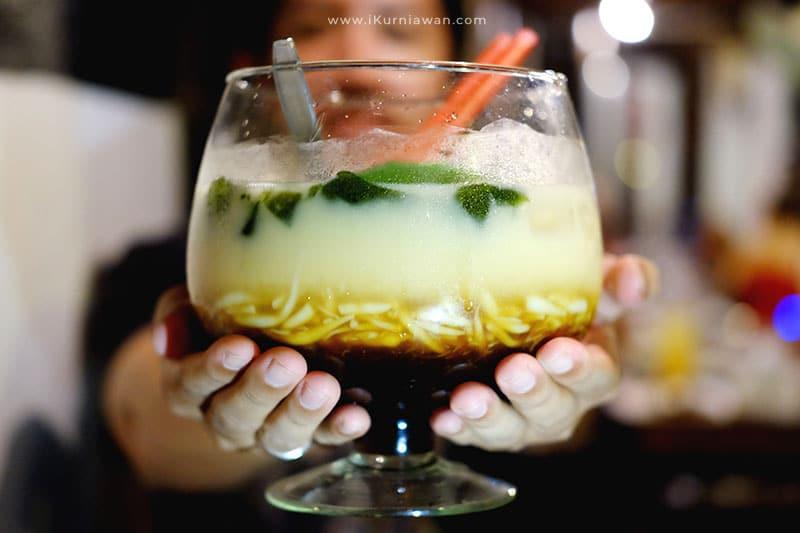Minuman Cendol Raksasa di Raminten Yogyakarta