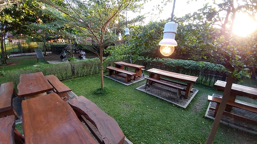 Kafe Taman di Ajib's Kitchen Bandar Lampung